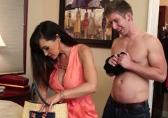 Sizzling babe Lisa Ann welcomes rimjob in doggy pose