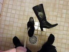 Piss in wifes black leather boot