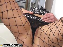 Mature housewife takes her pantyhose off part5